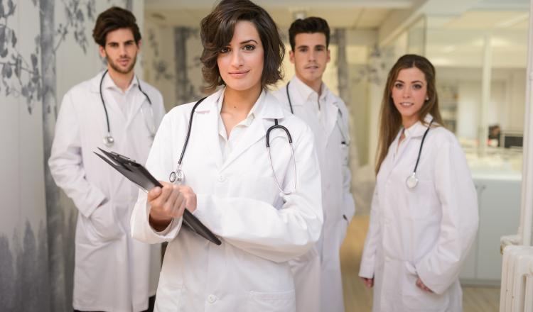 """<a href=""""http://www.freepik.es/foto-gratis/grupo-de-medicos-exitosos-en-el-hospital_899849.htm"""">Diseñado por Freepik</a>"""